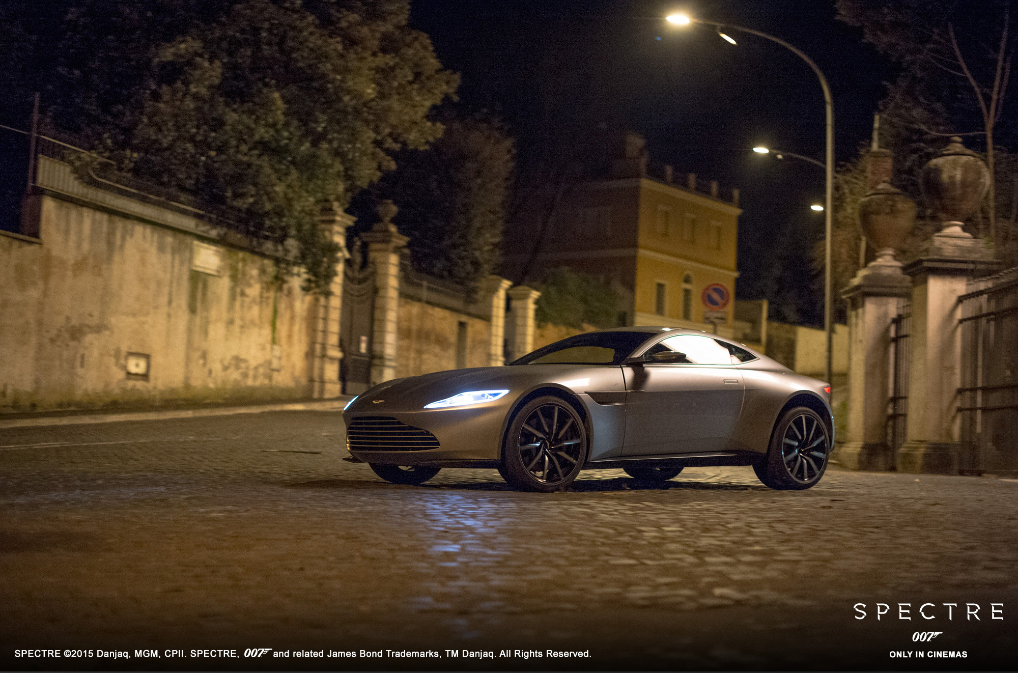 Aston Martin DB10 - Spectre 2015 - profil avant / front side-face