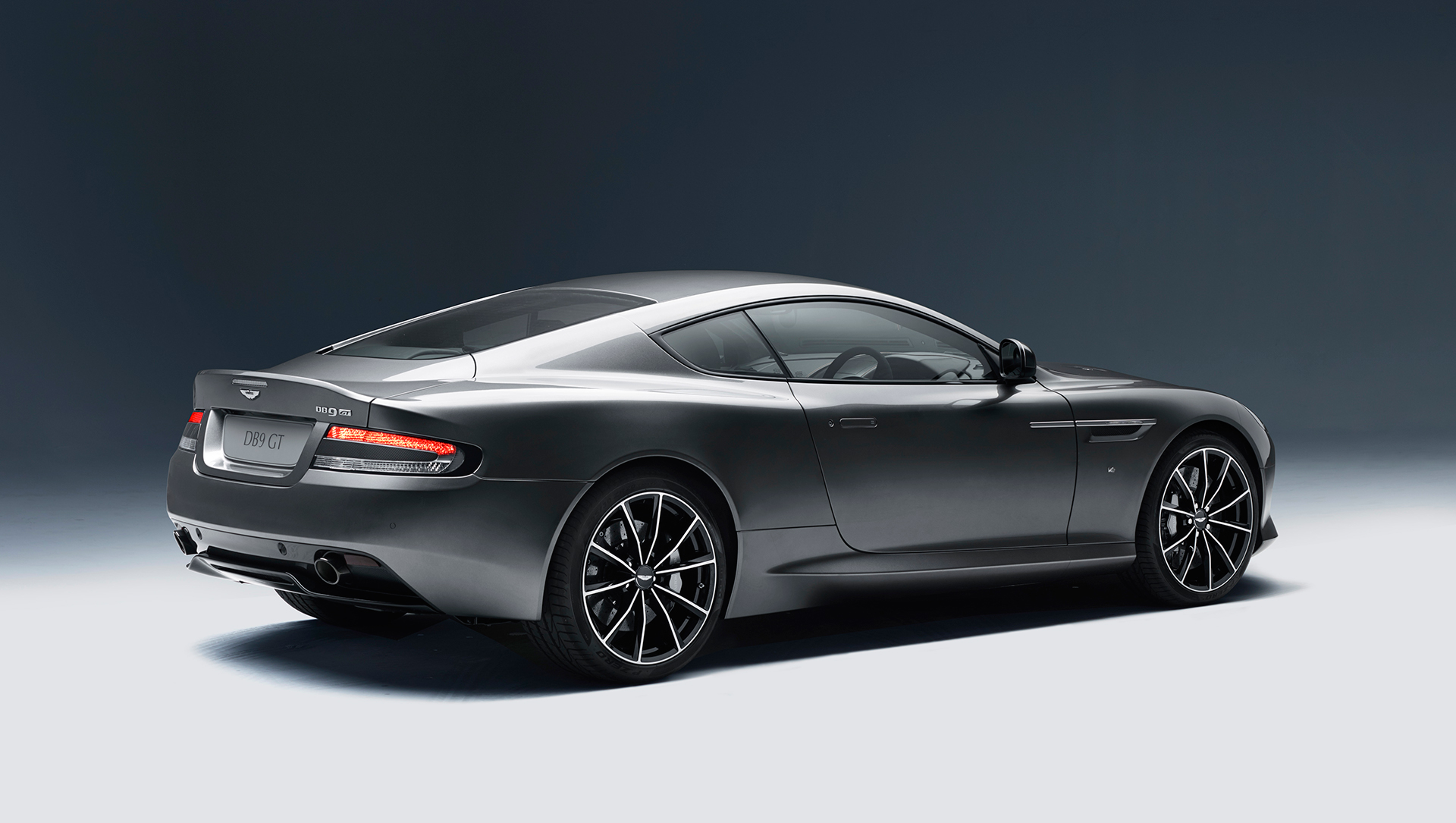 Aston Martin DB9 GT - 2015 - profil arrière / rear side-face