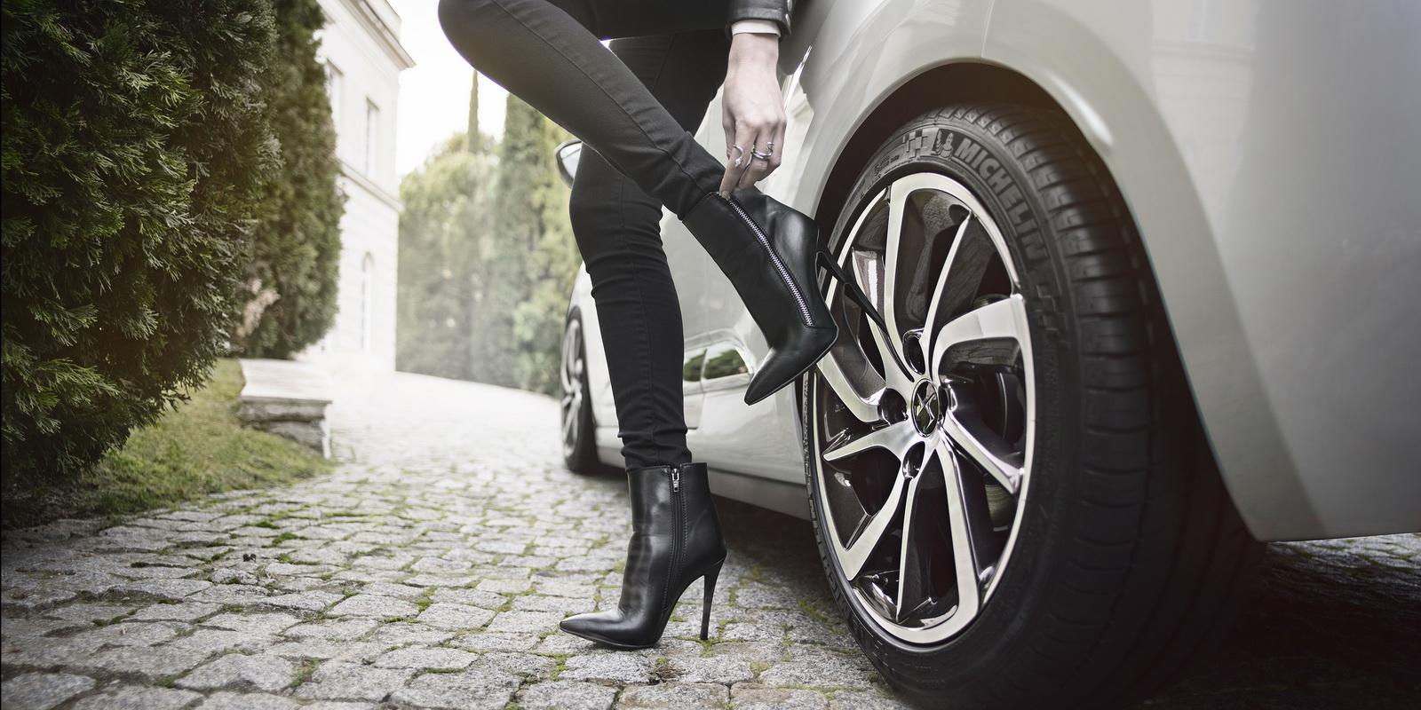 DS Automobiles - 2016 - Nouvelle DS 3 Cabrio - photo - haute chaussure et jolie jante / high fashion shoes and pretty wheel