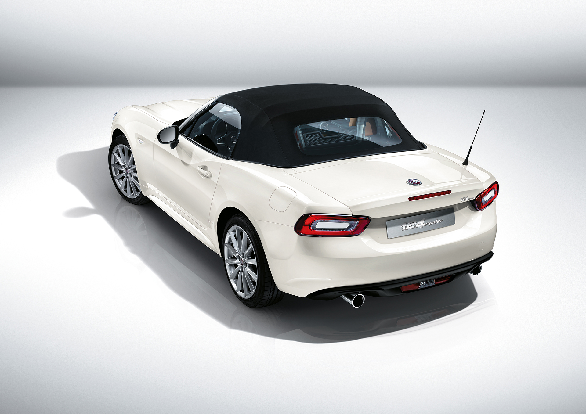 Fiat 124 Spider 2016 - profil arrière / rear side-face - close top / toit fermé