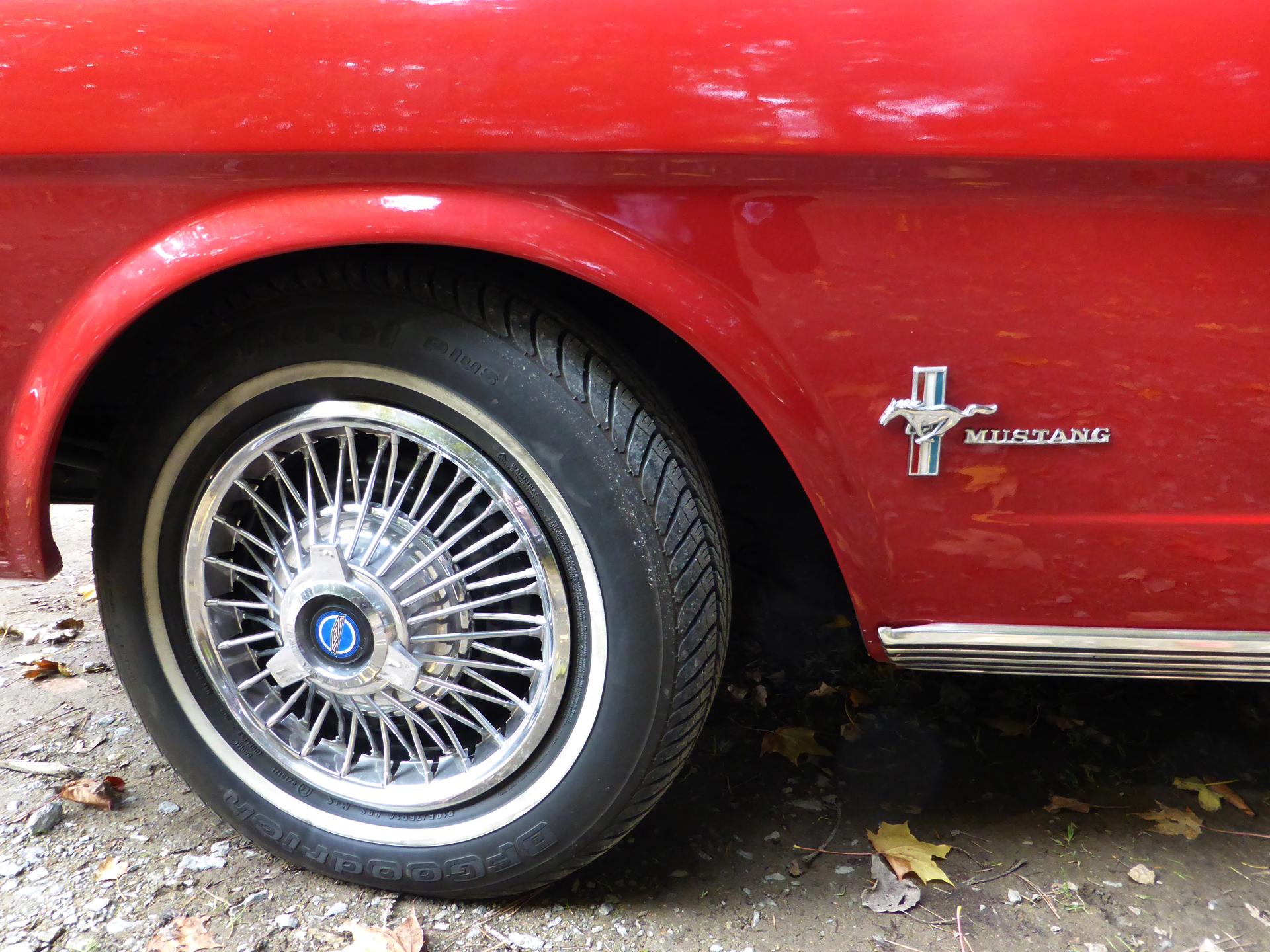 Mustang 1960s jante - Lorient 2015 - photo ELJ - DESIGNMOTEUR