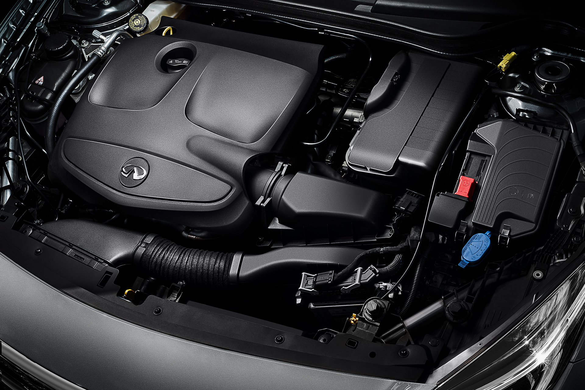 Infiniti Q30 - 2016 - 2.0t engine under the hood / capot moteur - essence