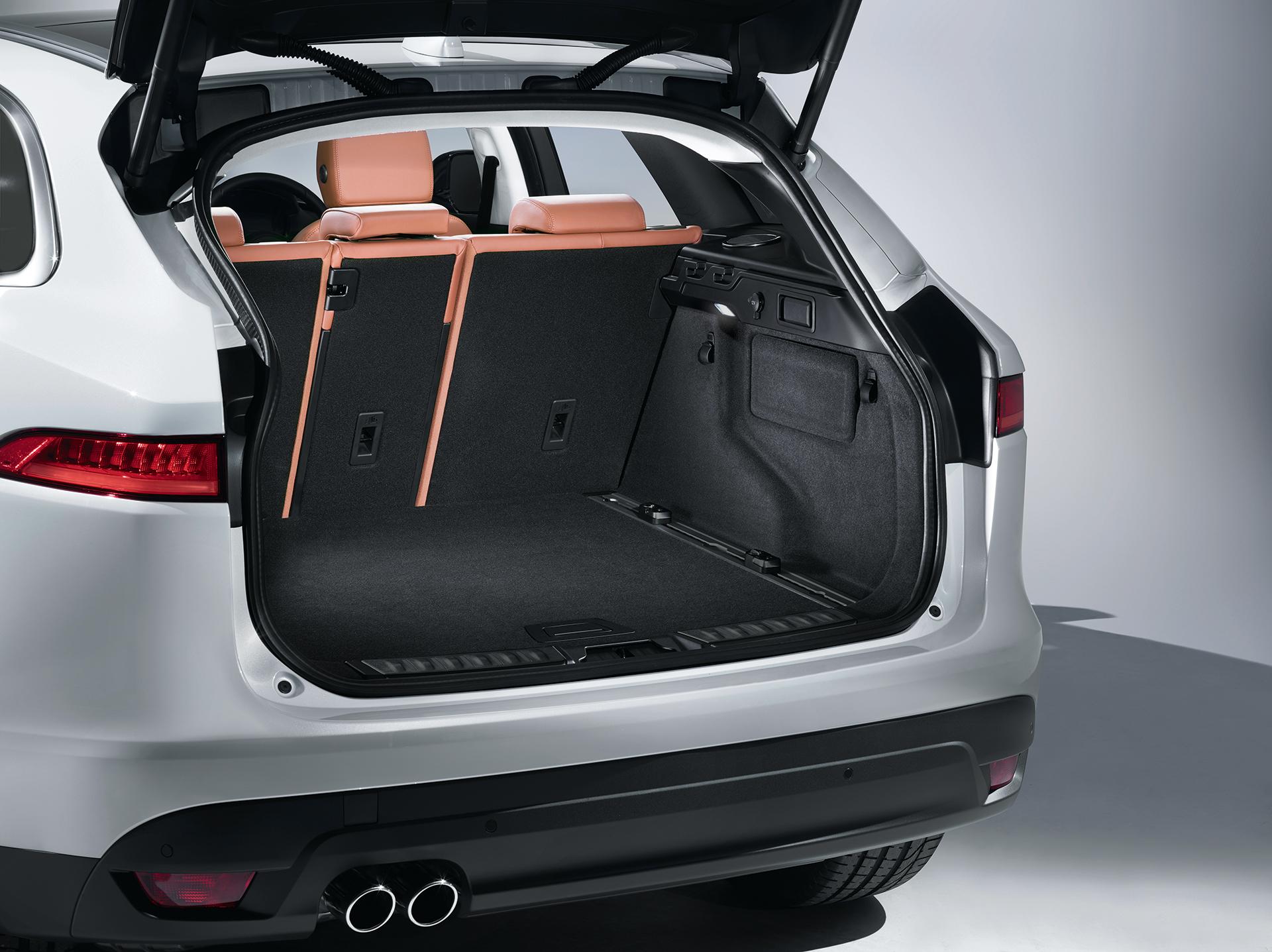Jaguar F-PACE - rear compartment / coffre arrière