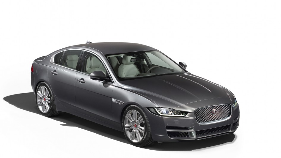 jaguar xe est la plus belle voiture de l ann e 2014. Black Bedroom Furniture Sets. Home Design Ideas