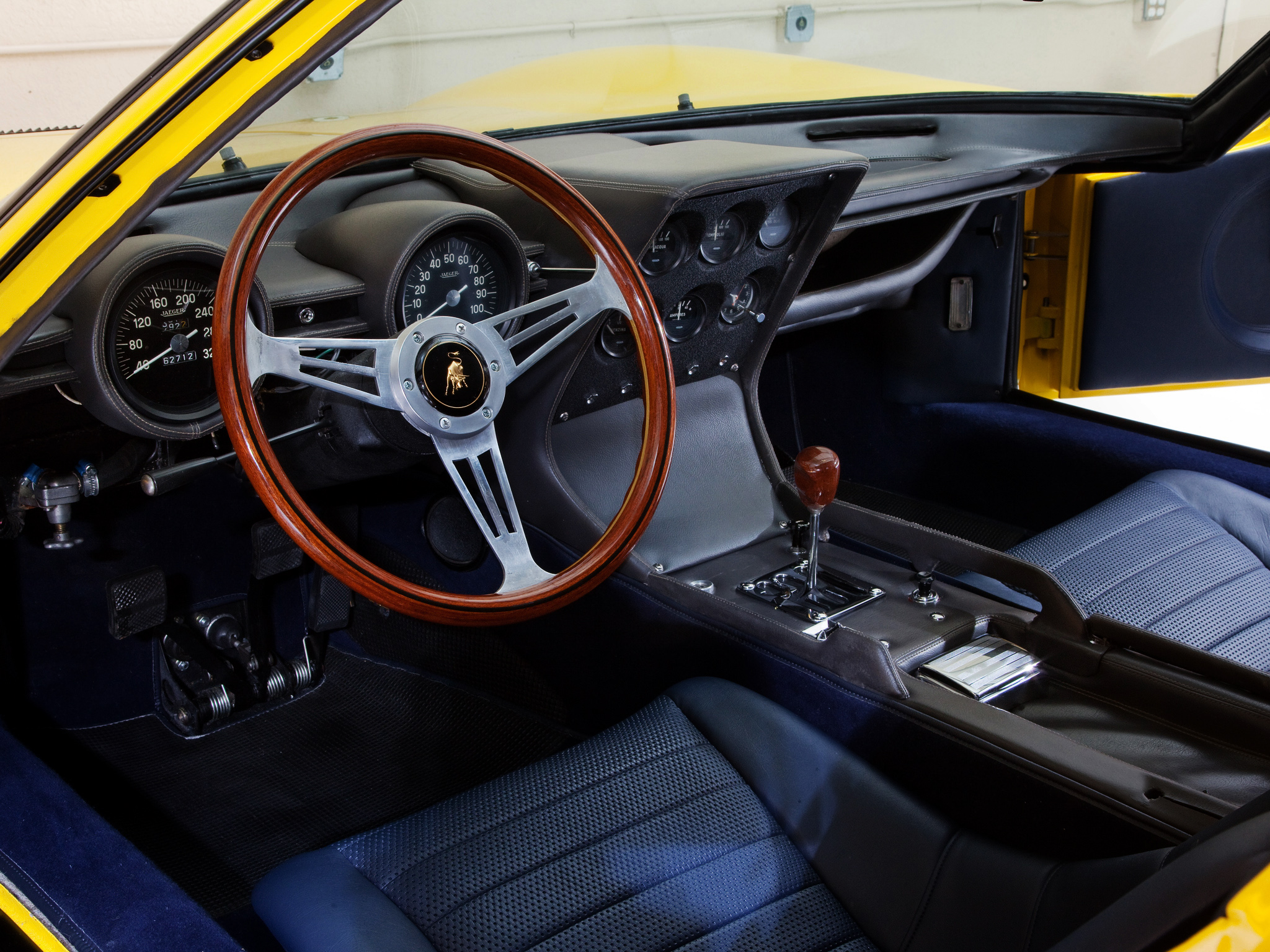 Lamborghini miura 1 re supercar dot es d 39 un moteur 4 litri for Interieur lamborghini