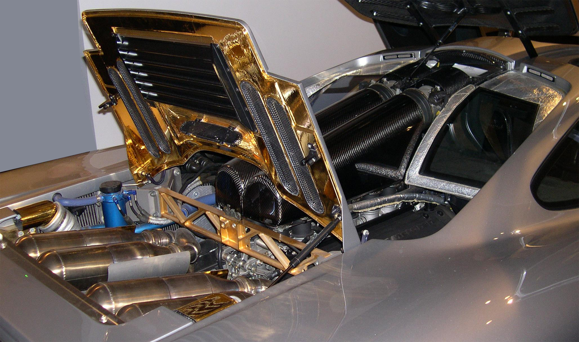 McLaren F1 - under the hood gold / or sous le capot