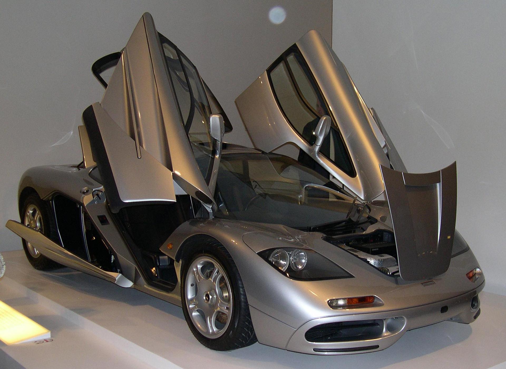 McLaren F1 - front side-face / profil avant - open doors / portes ouvertes