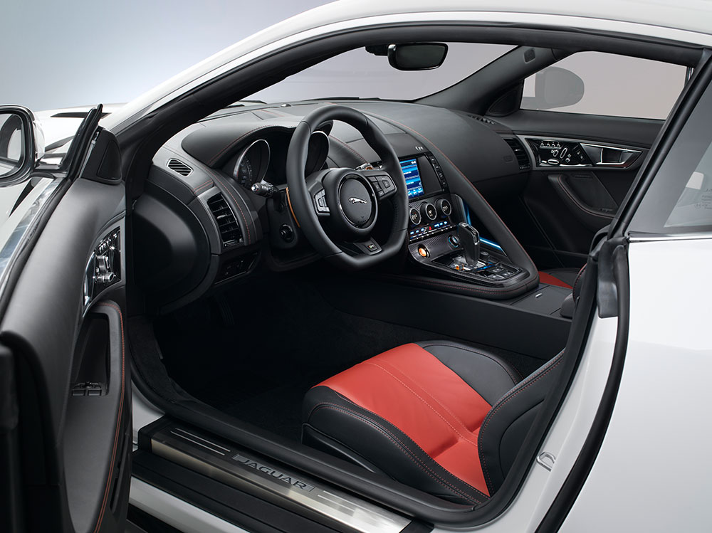 L 39 l gance du f lin et du dessin jaguar the f type coup for Interieur jaguar