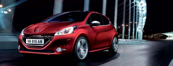 Photo Peugeot 208 rouge sur route de nuit